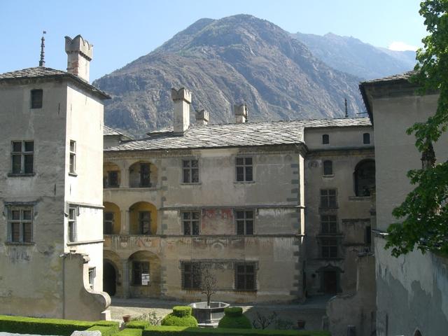 Castelli della Valle dAosta: visita al castello di Fénis, Issogne ...